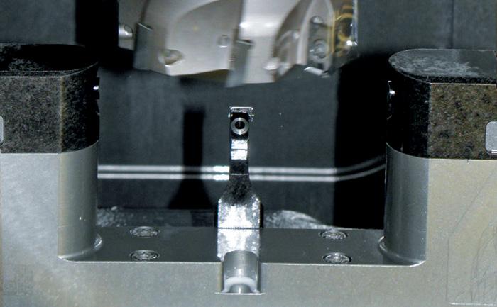 Датчик LTS35.65 проводит измерения инструмента на станке.