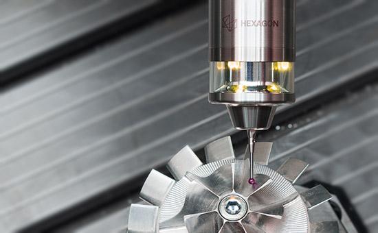 Датчик IRP40.42 измеряет хрупкую деталь на производстве