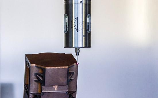 Компактный датчик детали IRP40.50 проводит измерения на производстве