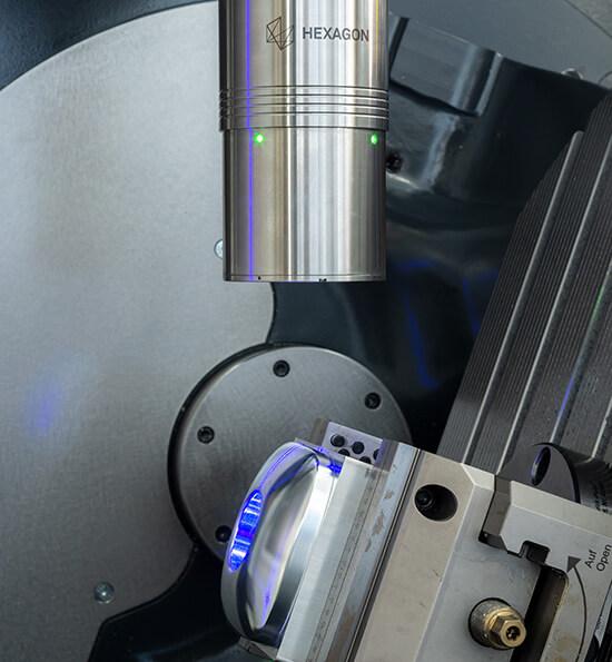 Лазерный сканер Hexagon LS-R-4.8 измеряет поверхность сложной детали