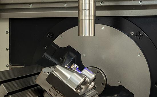 Лазерный сканер Hexagon LS-R-4.8 проводит измерения на станке с поворотным столом.