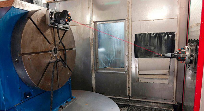 Лазерный интерферометр LaserTRACER-NG проводит калибровку большого станка