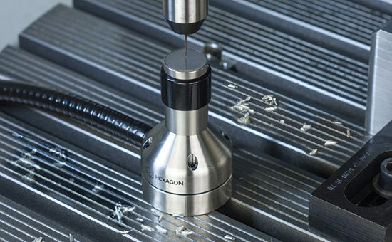 Датчик инструмента TS35.30 проводит измерения на произвдстве.