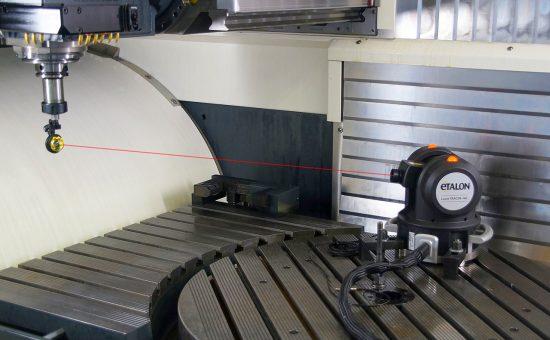 LaserTracer проводит калибровку поворотного стола обрабатывающего центра.